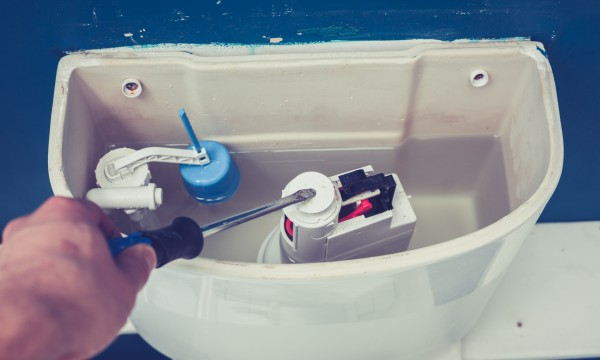 Comment réparer une toilette en marche sans quitter la maison