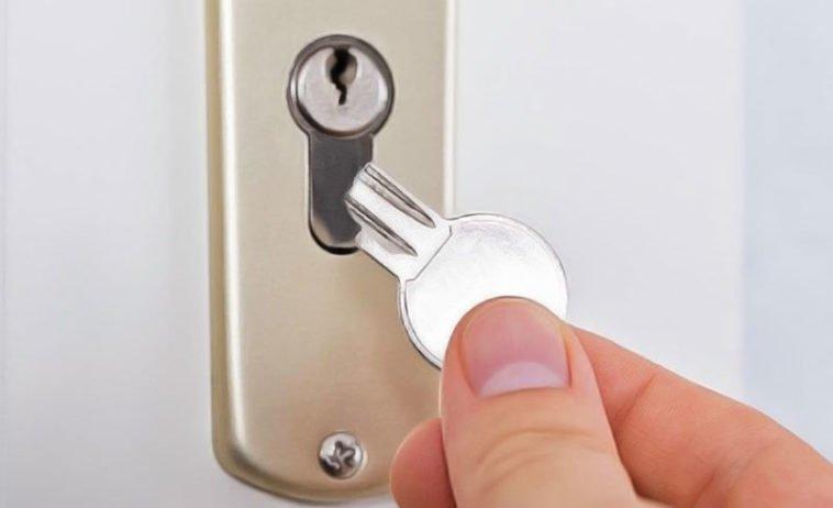 ouvrir une porte avec une serrure casséé